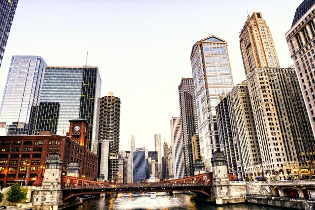 Chicago river with buildings and bridges